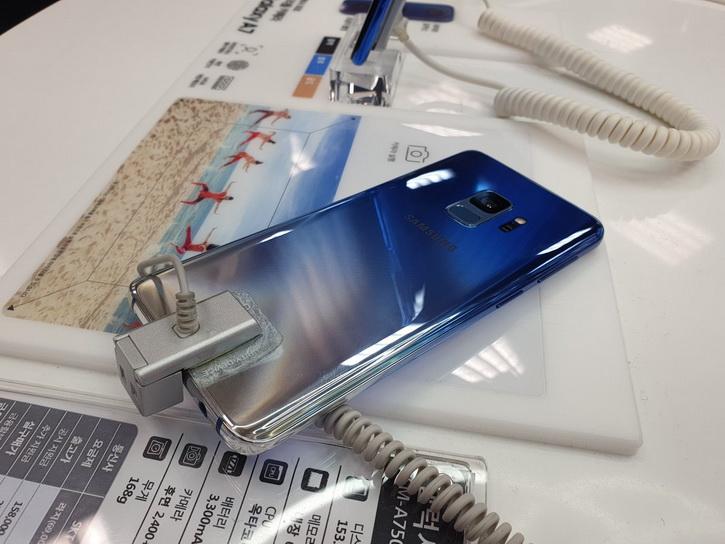 Градиентен  Samsung Galaxy S9 Polaris Blue в реални снимки
