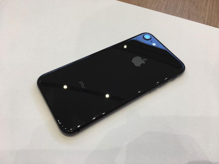 Apple подготвя четири iPhones 2020, включително и заместника на iPhone SE